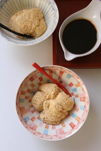 本来はわらび粉を使いますが、こちらは手に入りやすい白玉粉とゼラチンを使って作るレシピです。材料を混ぜてレンジにかけ、冷やすだけなので簡単!きな粉と黒蜜をかけて召し上がれ♪