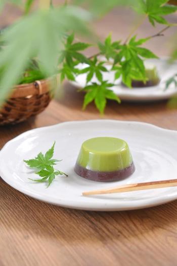 抹茶の緑色と小豆色のツートンカラーが美しいですね!ひんやり、つるんとした食感は食後のデザートにもぴったり。おもてなしスイーツとしても活躍しますよ。