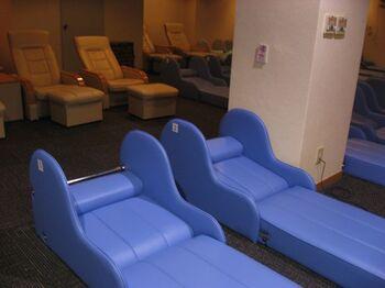 休憩室にはリクライニングのできるソファーが。快適に過ごせるので、東京観光の際のホテル代わりに使う観光客も多いのだそう。
