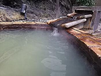 うぐいす色の濁り湯が特徴の温泉は、保温性が抜群。露天風呂以外に有料の貸切半露天風呂もありますよ。  この他、漢方の薬草を使ったスチームサウナや岩盤浴、韓国式あかすりも!