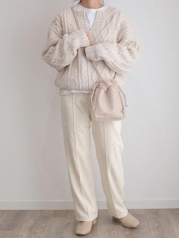 温かみのあるざっくりとした編み地のニットに、ホワイトパンツを合わせれば洗練された冬コーデに。 センタープレスが入ったタイプは、きちんと感のあるニットコーデに最適です。