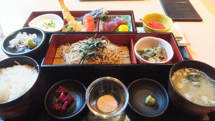 お食事処では、庭園を眺めながらおそばや天ぷらなどが頂けます。  旅館に来たかのような和の雰囲気が味わえますよ。