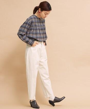 ホワイトパンツを大人っぽく着こなすなら、テーパードパンツがおすすめ。ウエスト周りはゆとりのあるシルエットですが、裾になるほどに細くなるため、体型をカバーしつつより美脚に見せてくれます。