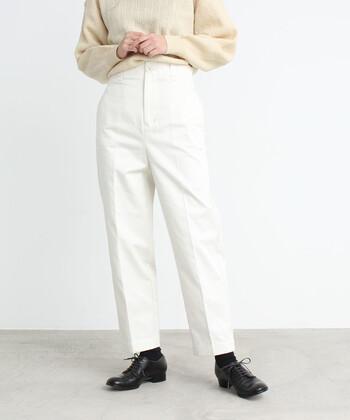 上品な爽やかコーデに。ナチュラルさんの「ホワイトパンツ」着まわし術
