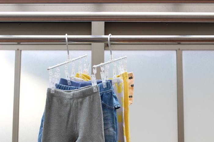 スリムで小物をまっすぐ並べて干せるピンチハンガーです。 2本使うことで、ピッチの間隔を干すものに合わせて調整できるように。 洗濯物にたるみを作らず、省スペースで効率よく干せるそうです。