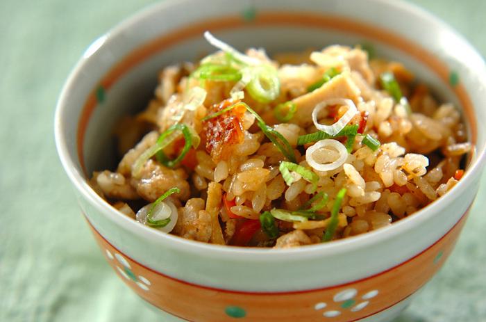 お米を入れた炊飯器の中に、アク抜きをしたフキノトウと鶏ひき肉を炒め調味料を加えたもの、油揚げ、ニンジンを入れて炊き込みご飯を作ります*味噌風味のご飯で食べやすく、ミネラルを多く含むフキノトウと一緒に食べれば栄養も満点です◎