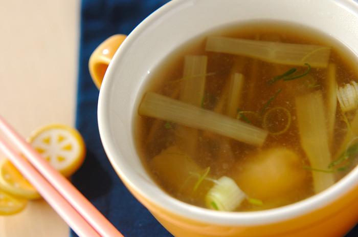 """上品な味わいに身体があたたまる""""ウドのスープ""""もおすすめです。鶏ささ身も加えれば、食べ応えのある一品になります。簡単なのに、普段の食卓がぱっと華やぐのが嬉しいですね*"""