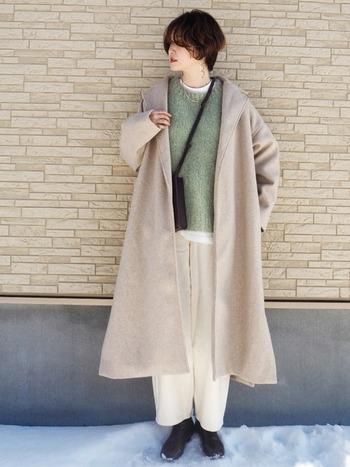 ベージュやホワイト、黒などベーシックカラーのコートやボトム、小物にも合わせやすいのが「きれい色ニット」の特徴。いつものコーデに今年らしさや新鮮さを取り入れたい時にもおすすめです。