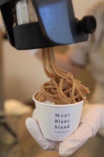 お客さんのお目当てでもある看板メニューは、こちらの、作り立てのモンブラン!  店内は、ホンワリとした甘くてやさしいマロンの匂いでいっぱいですよ。作りたて、しぼりたてのモンブランをいただけるなんて、貴重な機会ですよね。