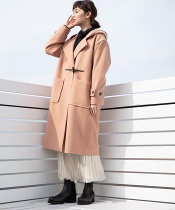 オーバーサイズなシルエットやフロントのデザインが大人可愛いコートは、その素敵なカラーで防寒しつつも春の予感を感じさせてくれます。雰囲気を盛り上げるなら白いスカートで春を呼び込みましょう!