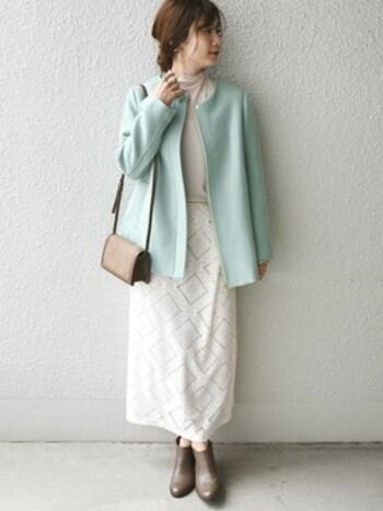 爽やかな色味のノーカラーコートは、お仕事でも合わせやすい丈感で、オールホワイトコーデとも好相性。オフで着るなら黒で引き締めるのではなく、ブラウン系のカラーでメリハリを付けると良いでしょう。コントラストが緩まり、落ち着き感のある印象に。