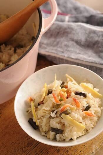 ワラビ、筍、桜海老が入ったおこわのレシピ。まさに春の食卓という感じがします*大人な味の山菜も、炊き込みご飯にすればお子さんにも食べやすくなりますね。