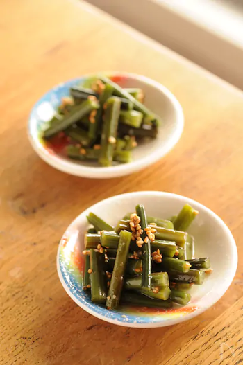 ワラビの独特な食感を楽しめるナムルのレシピです。にんにくダレと合わせて、ご飯が進む味に。ワラビはアクが強い食材なので、しっかりアク抜きをしてから作りましょう◎