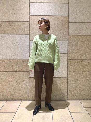 綺麗めな色を着慣れていない方におすすめしたいのが、下半身のトーンを下げてメリハリを出すテクニック。パンツとブーツでスッキリと着こなせば、優しいニットを着ていても華やかな印象に。