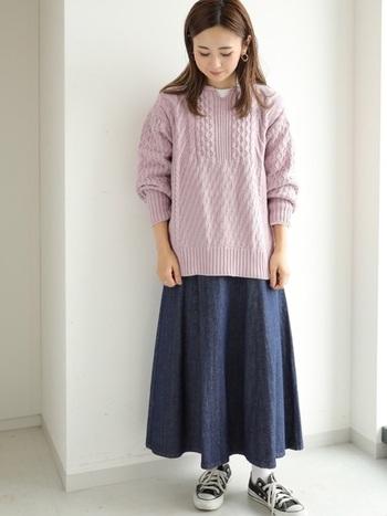 INにカットソーを忍ばせて、ニットのカラーを引き立てましょう。デニムスカートを合わせても綺麗なカラーニットのおかげで印象美人に。