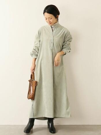 シャツワンピには同系色のインナーを忍ばせて、シンプルに着こなしましょう。足元とバッグは革アイテムで大人の余裕を醸し出しましょう。