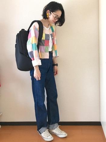 パッチワーク風のコラージュジャケットには、ハイウエストの濃いデニムを合わせてスタイルアップ。イヤリングなどの耳飾りで女性らしさを加えましょう。