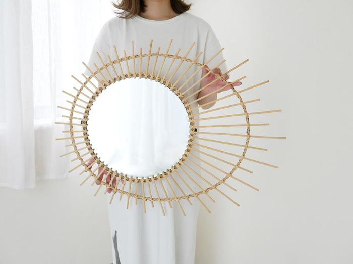 まずはじめにご紹介する鏡はこちらの「ラタンミラー soleil L」。ライトカラーなラタンをおしゃれに使ったデザインは、まさにインテリアにぴったり♪厚さのない鏡ということもあり、場所も取らずすっきりとした印象に◎