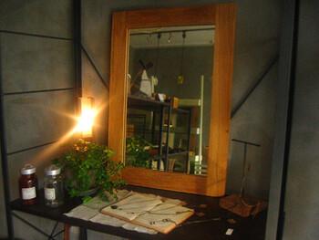 続いてご紹介する鏡はこちらの「old teak mirror S」です。こちらは打って変わって、重厚感のあるスタイリッシュな鏡となっており、ユニセックスなデザインの鏡ということで、同棲中のお部屋などでも使えるアイテムです*