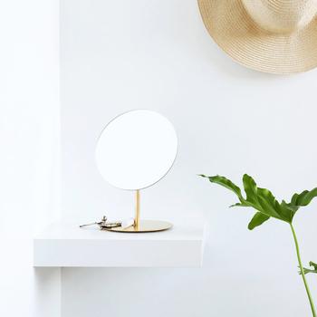 インテリアとして鏡を飾るなら卓上タイプの鏡もおすすめ!こちらの「卓上ミラー(BRASS)」は、チェストの上やベッドのサイドテーブルに置いておくだけでもおしゃれなアイテムとなっております♪