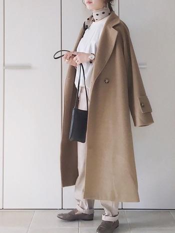 見た目通り柔らかな素材となっていることから、上着の内側などにかけていても嵩張ることなく使うことができちゃいます♪また、シンプルなデザインであることからシーズン問わずに使用することができますよね♡