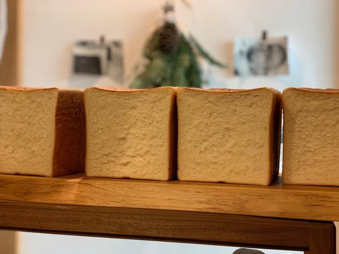 「実は楽しみにしてくださるお客さんも多いんです。」 というのが、焼きたてのパンたち。こちらは〈角食パン〉、常連さんからは「あいこパン」と呼ばれる人気者です。  なんとも言えぬ香ばしい香り、ふんわりしながらもギュっと詰まった旨味は、流行の生クリームや蜂蜜などを入れず少ない素材のみを使っているからだとか。