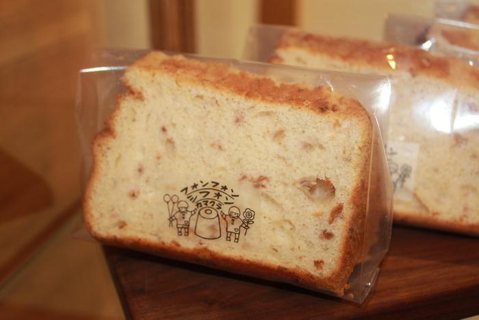 取材に訪れた際、季節のシフォンケーキは画像の〈とちおとめのシフォン〉でした。一台のケーキにはとちおとめ1パックが贅沢に使われており、甘酢っぱいいちごが爽やかに香ります。  とはいえ具材の量が多いほど沈みやすいシフォンケーキ、ふわふわに焼き上げるにはかなり試行錯誤もされたとか。人知れぬ努力と確かな腕によって、出来上がったメニューの一つです。