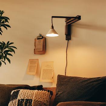 一日働いてほっと一息つけるお部屋は、心から落ち着ける空間にしたいもの。そんなとき、お部屋を温かく照らしてくれる「ブラケットライト」を取り入れてみませんか?