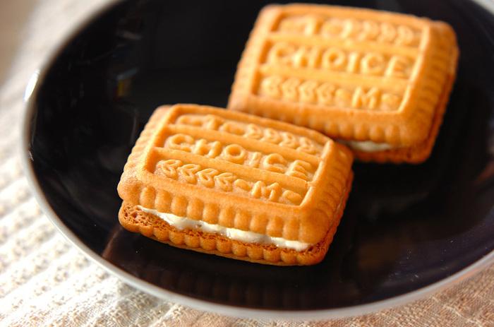 ジャムサンドもクッキーさえあればOK。お好みのクッキーを使って、ジャムを挟んでみましょう。こちらはクリームチーズも挟んだリッチなレシピ。マーマレードを使っていますが、お好みのジャムでのアレンジも簡単。相性の良い組み合わせを見つけてみましょう♪