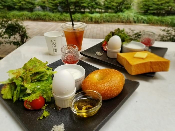 ベーグルやトースト、サンドイッチなどのメニューが揃います。こちらはモーニングの画像。晴れた日は、気持ちのいいテラス席での食事がおすすめです♪