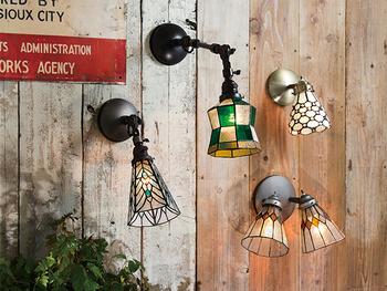 ブラケットライトはおしゃれなデザインのものがたくさん!無機質になりがちなお部屋の壁面を華やか&おしゃれに飾ることができるんです。