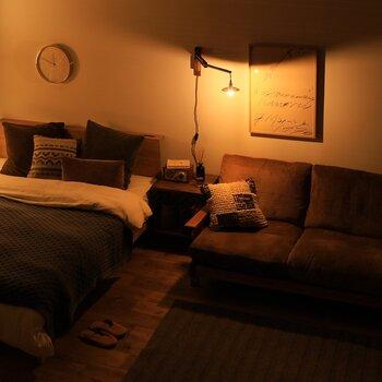 壁を照らすので空間に奥行きが生まれ、お部屋を広く見せてくれる効果も!玄関や廊下のような狭い場所でも立体感のある空間へと演出して、お部屋のアクセントになってくれるんです。