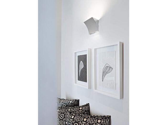 ブラケットライトで上部の天井を照らすことで、空間を高く見せることができるんです。天井が高く見えるので、開放的で落ち着いた空間を作れます。