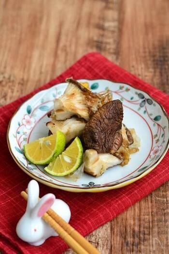 料理酒をサッと絡ませて魚焼きグリルで焼いただけの一品。それなのに椎茸のジューシーな旨味が最大限に引き出された、感動の味わいに。焼き椎茸をおかかで和えるシンプルな味付けなのに、椎茸がいつもの何倍も美味しく感じられて、感動しちゃいますよ。  晩酌のお供にもおすすめですよ。