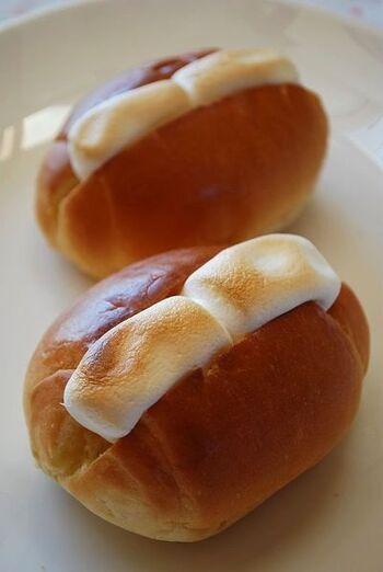 朝のコーヒーのお供にマシュマロを挟んでグリルで焼いたバターロールはいかがですか?  マシュマロに少し焦げができるくらいがポイントです。とろける焼きマシュマロの美味しさはクセになりますよ。