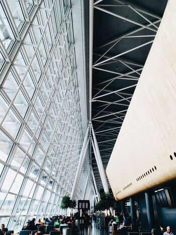 白を基調とした内装は外からの光を集めてより、美しく明るいターミナルを演出しています。お買い物やカフェエリアも豊富で、乗り継ぎなどのフライト間やフライト前のお時間ものんびりくつろぐことのできる楽しい空港ですよ。
