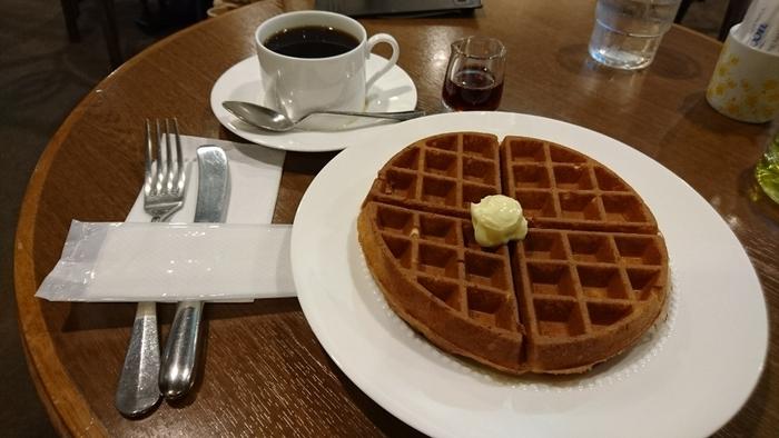 コーヒーと相性ぴったりの焼き立てワッフルがおすすめです。バターとメイプルシロップのシンプルなワッフルは、生地の美味しさを十分に味わえます
