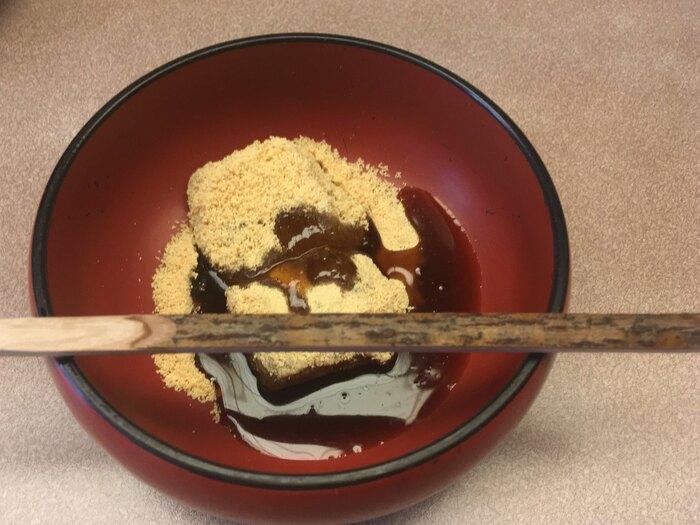 """京都の一流料亭として知られる「雲月」の""""わらび餅""""は、上品な甘さが最大の特徴。黒蜜はさらりしていてコク深く、すっきりとした味わいです。京都のお店だけでなく、東京・南青山の「雲月 南青山」でもお買い求めできますよ。ただし、人気商品につき売り切れが予想されるため、確実に購入したい場合は予約を入れるのがおすすめです。"""
