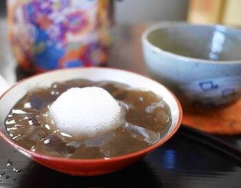 """京都府の和菓子店「ぎおん徳屋」の""""本わらび餅""""は、上質な国産本わらび粉と和三盆糖を使用。丁寧に練り上げられており、とろけるような食感がやみつきに。さっぱりとした甘さの黒みつときな粉は、わらび餅との相性も抜群です。"""