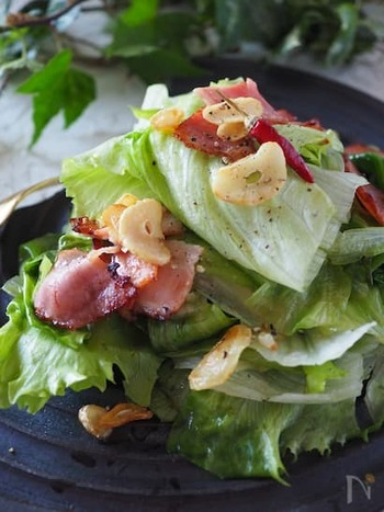 ベーコンやにんにくで少しパンチをきかせた、ペペロンチーノ風のシンプルサラダ。オイルに風味が移り、シンプルながらもパンによくあうサラダになります。