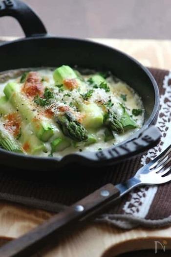 メインディッシュがボリューム控えめのときは、副菜をお手軽グラタンにしてみてはいかがでしょう?お手製ホワイトソースとチーズが、パンとよくあいますよ。