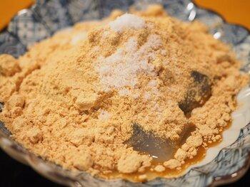 """東京麻布十番の名店「天のや」の""""わらび餅""""は、覆いつくすほどの国産大豆のきな粉といただきます。〈独自の秘法〉で作ると謳うコシのあるわらび餅は、跳ね返すほどの弾力がありながら、口の中ではとろけてしまう、まさに絶品。手土産にも人気ですよ。"""
