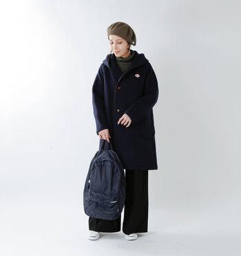 ダントン定番のウールコート。ロング丈なら腰回りも暖かく、大人っぽい印象です。インナーや帽子をチャコールグレーにすることで、ダークトーンを和らげています。