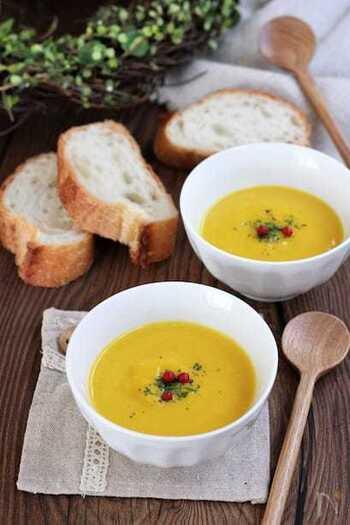 パンを食べる時に外せないスープ。どんな種類でもあいますが、シチューやクリーム系などの濃厚なものがおすすめです。中でもパンプキンスープは素材の味を楽しめて、パンにディップしやすくおすすめ。