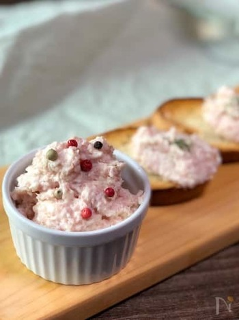 こちらもピンクが可愛い、生ハムを使ったパテです。そのままのせてもオシャレで美味しい生ハムですが、たまには一工夫してこういった使い方も素敵ですね。