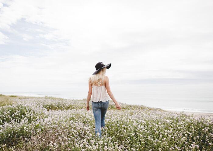 """《自分にやさしくする思考》のヒントをご紹介しました。 不快な感情を抱き続けていたり、いろいろとうまくいかなかったりするのなら、""""思考の癖""""を見直してみることです。そうすれば、あなた自身にやさしくできるのはもちろん、まわりの人にも親切にできるようになります。 ご紹介したヒントをご参考に、心穏やかな暮らしを手に入れてくださいね。"""