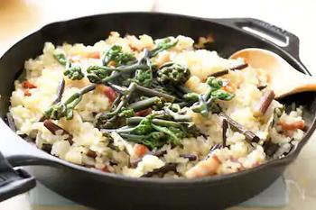"""ワラビとベーコンの旨味をたっぷり味わえる""""わらびとベーコンのパエリヤ""""。こちらのレシピではスキレットで作っていますが、もちろん通常のフライパンでもOK!お米に味が染み込んで、何度もリピートしたくなる味に仕上がります!"""