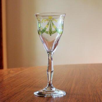 1900~1920年代のドイツ、テレジアンタール社のエナメル彩グラスです。優美な曲線のラインと上品な色合いに心が惹かれます。コレクションとして、棚に大切に飾っておきたくなる逸品です。