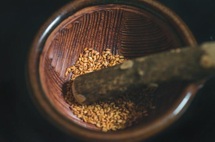 ごまには多くの脂質が含まれていますが、不飽和脂肪酸という体に必要な脂質で、血中コレステロールを下げる効果があります。ビタミンEやセサミンなど、抗酸化作用のある成分も含まれています。ごまの殻は固く消化しにくいため、栄養をしっかり吸収するにはすりごまにするのがおすすめです。