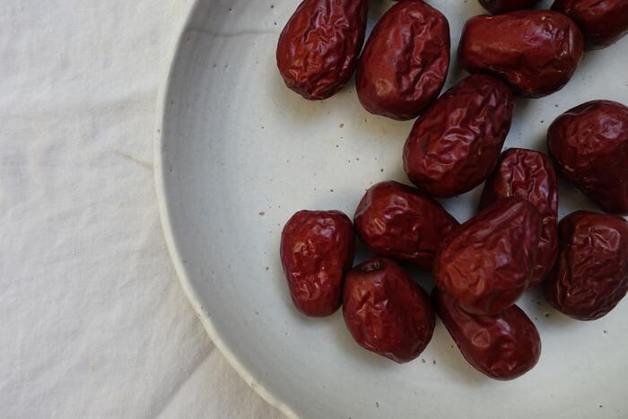 なつめは、中国で古くから体に良い食べ物として重宝されてきており、「一日3粒食べると老いを防ぐ」といわれています。鉄分やカルシウム、カリウム、マグネシウムなどのミネラルや、ビタミン類も多く含まれています。アンチエイジング効果もあるといわれる、女性の味方になってくれる食べ物です。
